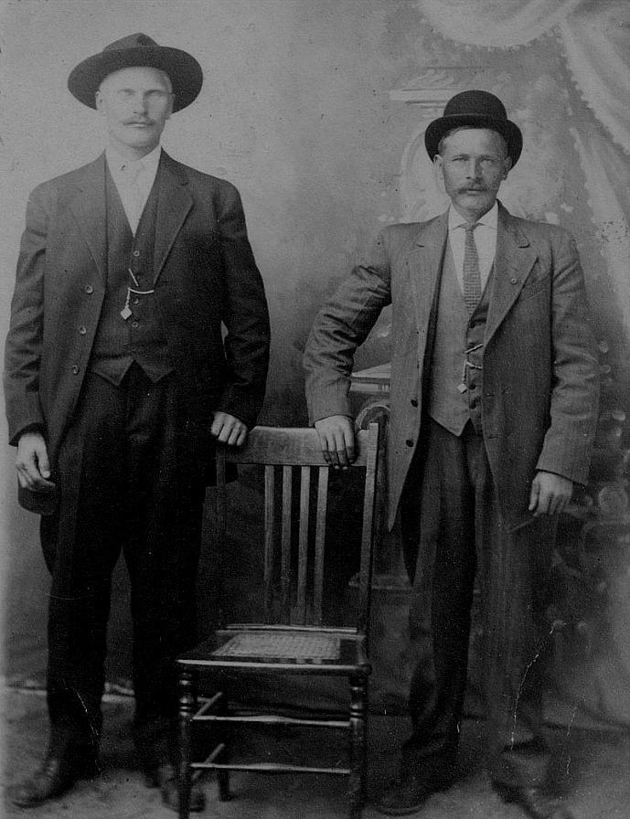 """På detta foto står Johan Lillkull till vänster tillsammans med en hittills okänd man. Sådana foton skickades ofta hem till familjen för att visa hur välklädda och välmående de var i Amerika. """"Pelas-Josipas"""" 3 barn vistades alla i Amerika men inte samtidigt, för när Johan återvände så reste Amanda iväg tillsammans med Agnäs Frans."""
