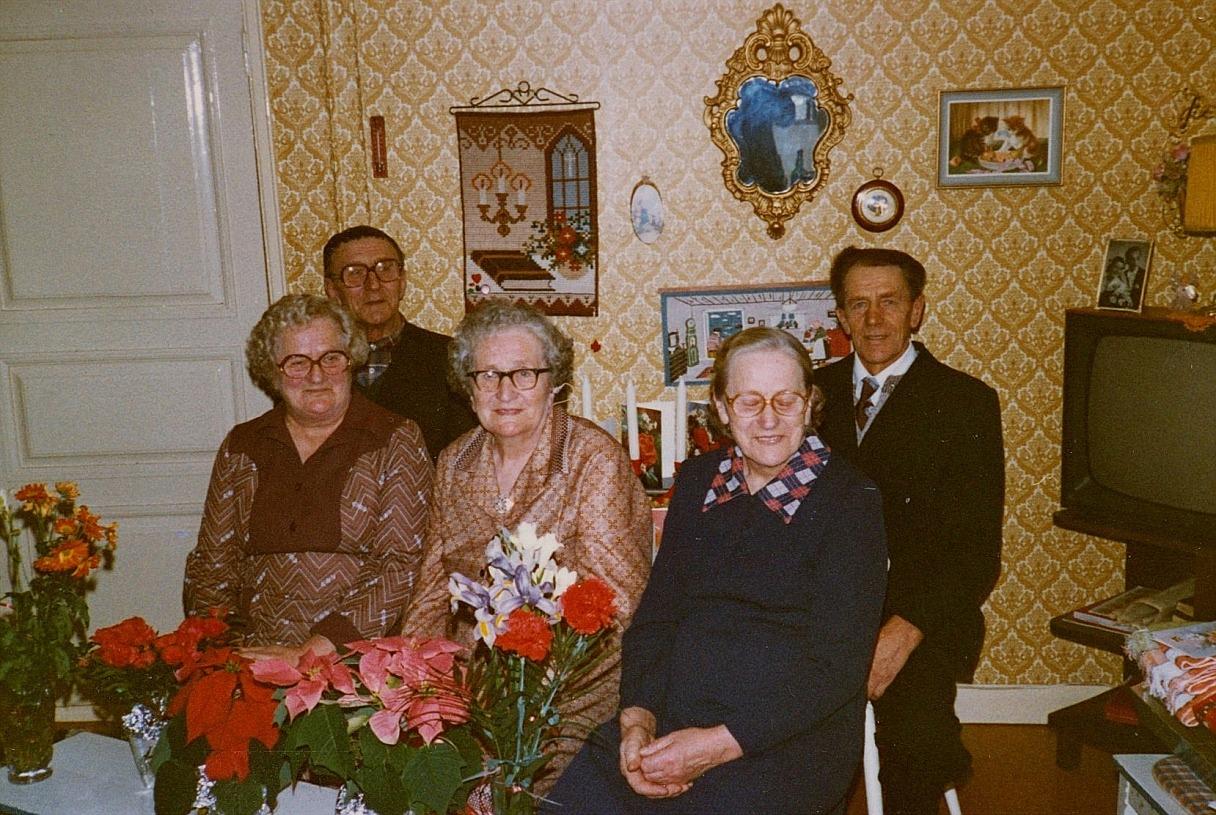 """""""Pelas-Jåhans och Idas"""" barn samlade till födelsedagskalas. Framme från vänster sitter Julia Långfors, Hulda Löfgren och Elin Landgärds. Längst bak sitter Gunnar Lillkull och till höger Karl Lillkull."""