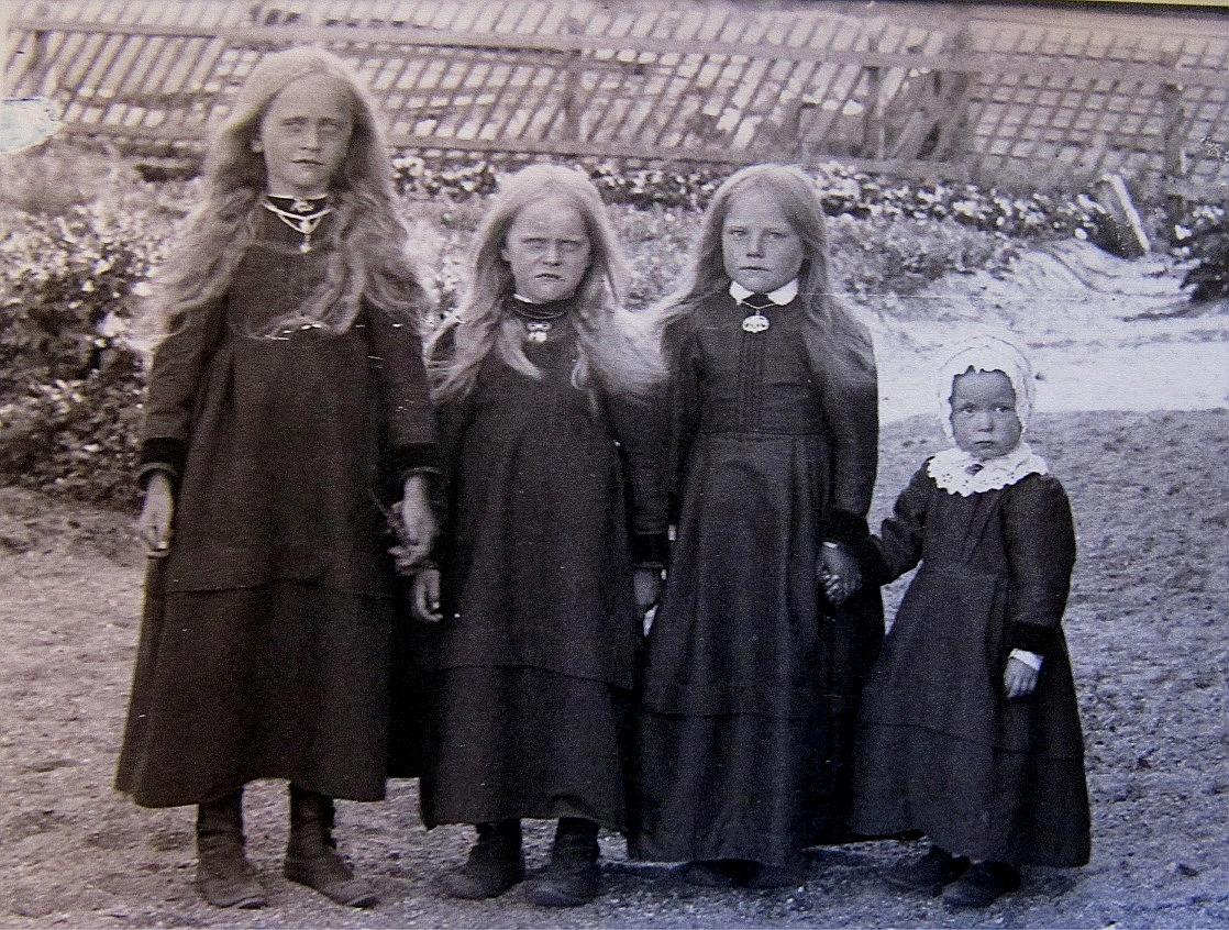 På Viktor Nylunds foto från ungefär 1917 står systrarna Lillkull. Fr.v. Hulda (1904) och följande är Elin (1906) och sedan en okänd flicka som kanske någon känner? Längst till höger står Julia Lillkull (1914).