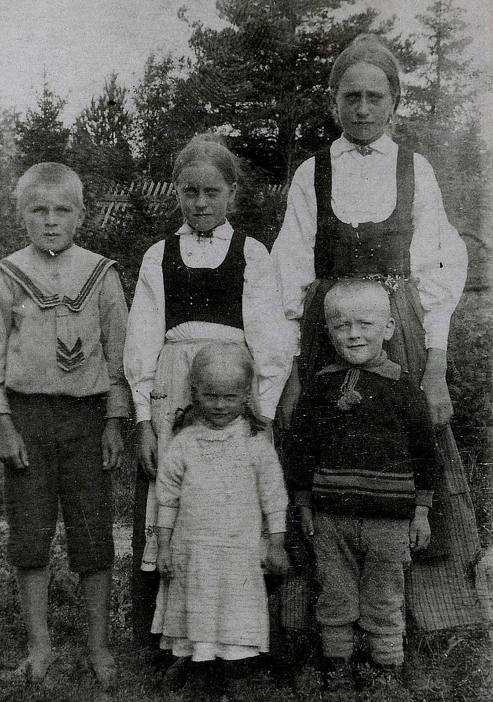 På detta Viktor Nylunds foto med syskonen Lillkull står hans son Rurik till vänster. Bredvid Rurik står Elin och Hulda och längst fram står Julia och Gunnar. Karl (f. 1923) var inte född då detta foto togs.