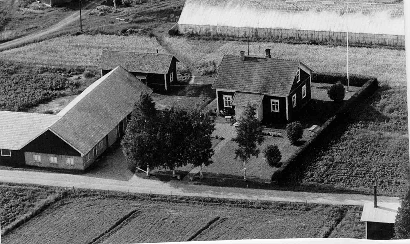 Gården som syns på flygfotot från början på 70-talet byggde Gunnar och Guldi år 1936. Uthusbyggnaden byggdes följande år och växthuset i bakgrunden byggdes i slutet på 60-talet. Hemmanet och gården övertogs sedan av deras son, som sedan har sålt hemmanet åt utomstående.