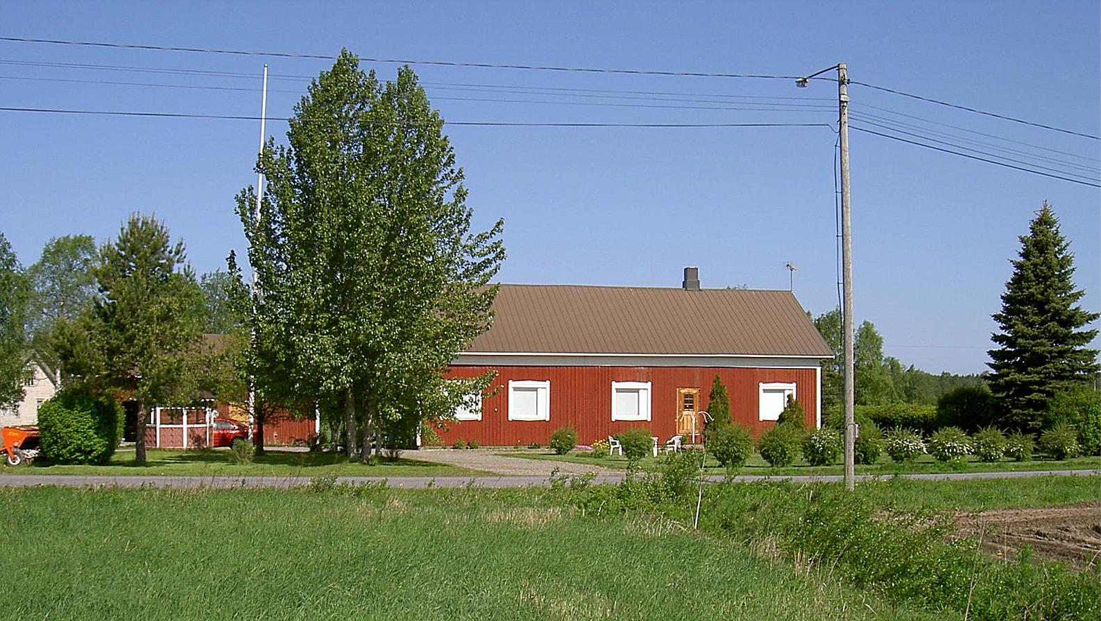 På 1980-talet byggdes gården om totalt och den byggdes i så att den då fick 2 lägenheter. Fotot taget från söder år 2003.