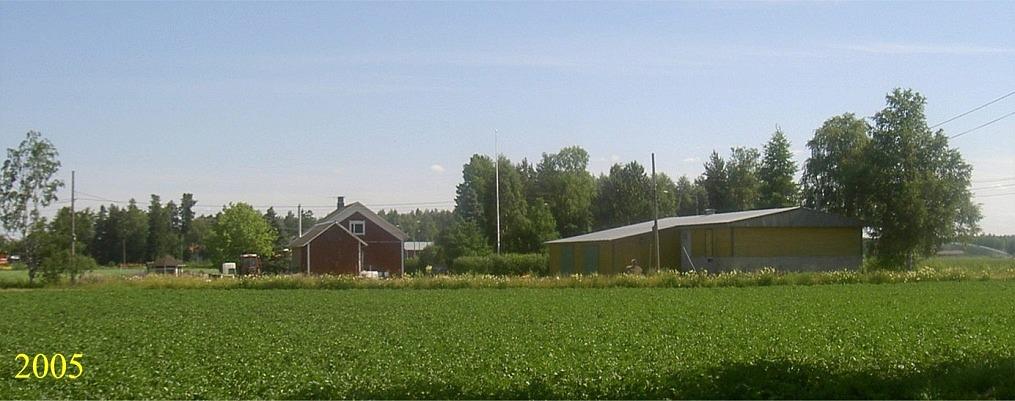 På 60-talet var morotsodlingen viktig men på senare tid var ju potatisodlingen huvudnäring och en tidsenlig potatiskällare byggdes utefter Sunnantillvägen. Den nuvarande ägaren använder potatiskällaren som verkstad. Fotot taget från väster.