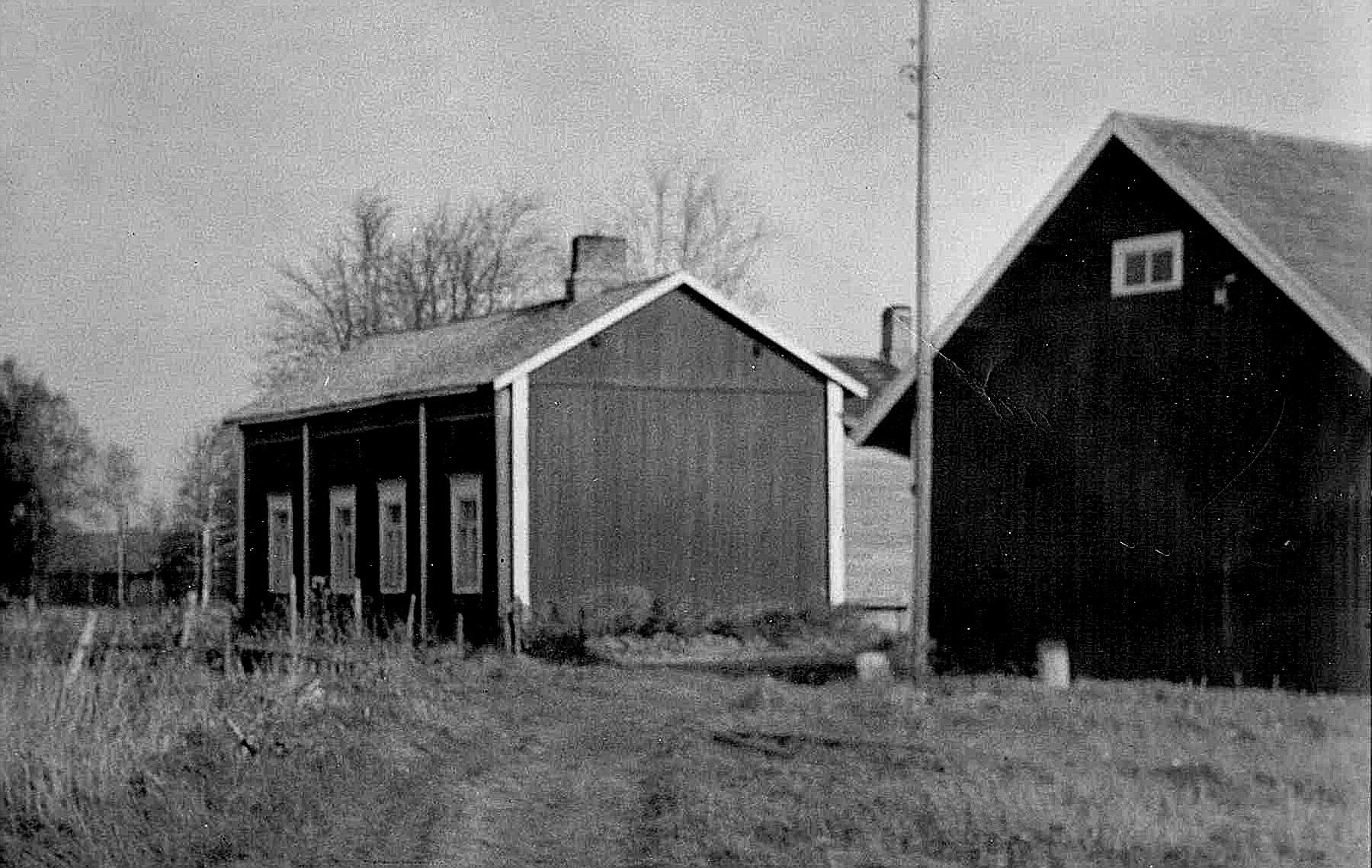 På detta foto av lillstugan, så syns också uthuset som fortfarande står kvar med långsidan mot Sunnantillvägen. Fotot är taget från söder.