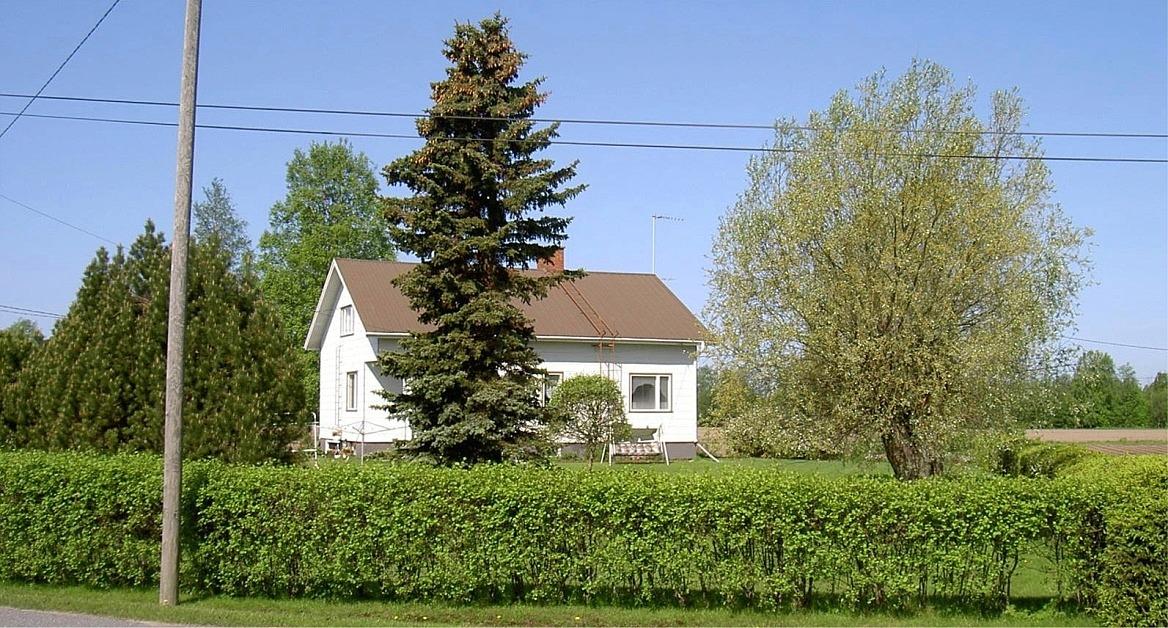 Här är gården fotograferad från öster år 2003.