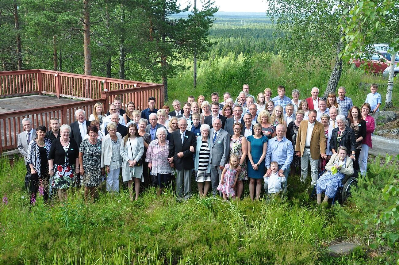 På fotot som Niklas Enlund tagit på en släktträff år 2015 så ser vi en stor del av Johans och Idas ättlingar.