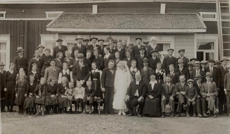 """År 1934 gifte sig Julia Lillkull med Bertel Långfors från Klemetsändan. Här är folket samlade på gården där """"Pelas""""."""