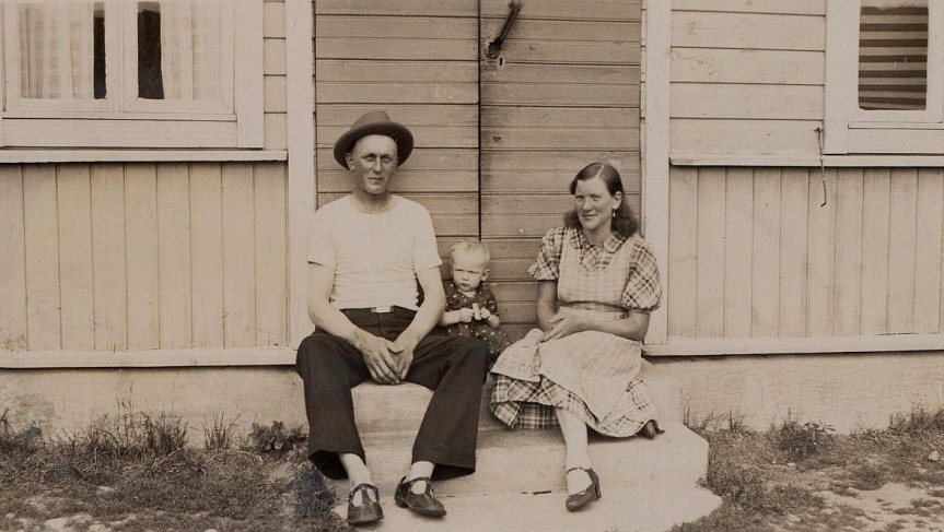 Här sitter Gunnar och Guldi på trappan tillsammans med äldsta dottern Karin i slutet på 30-talet.