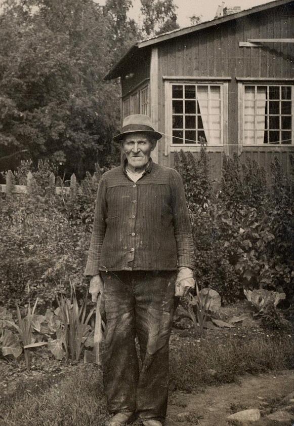 På bilden Niklas Nyström som arbetade som trädgårdsmästare hos Weckströms i Kristinestad.
