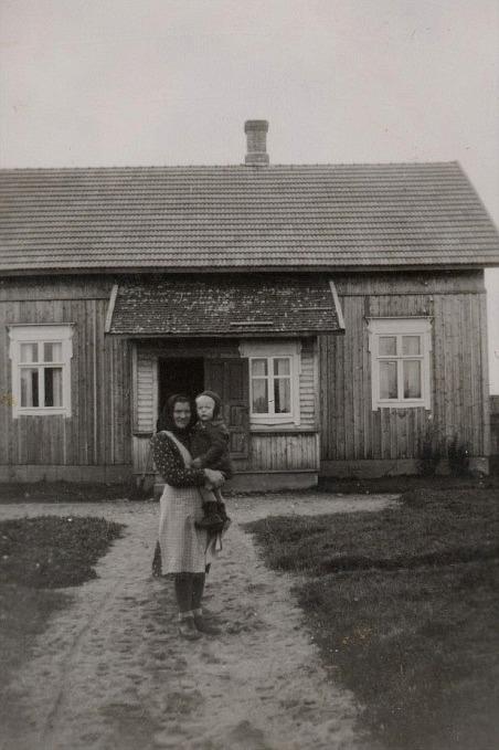 Här Guldi Lillkull med dottern Karin i famnen framför den nybyggda gården.