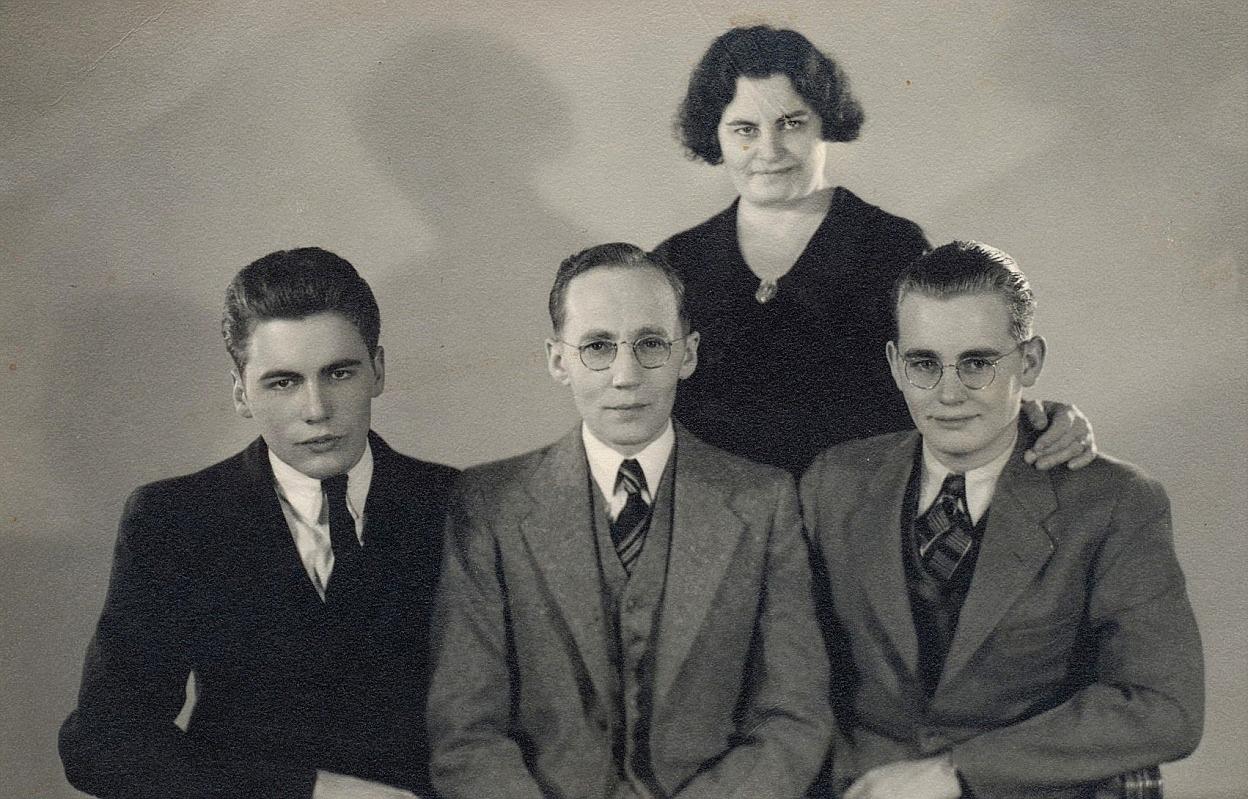 Längst bak står Guldis halvsyster Cecilia, som bodde i Amerika tillsammans med sin man Emil Backman, som sitter mellan sönerna John och Robert. John Backman brukade ofta besöka Dagsmark medan han levde.