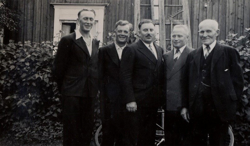 Från vänster Gunnar Lillkull, Emil Norrgård, Guldis halvbror Anselm Nyström som bodde i Amerika, sedan Lennart Nyström bredvid sin far Niklas.