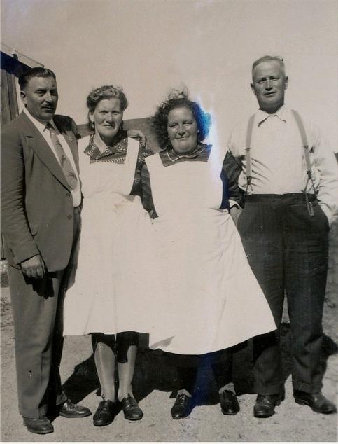 Från vänster Anselm Nyström från Amerika bredvid sin halvsyster Guldi. Följande är Hulda Norrgård bredvid Lennart Nyström.