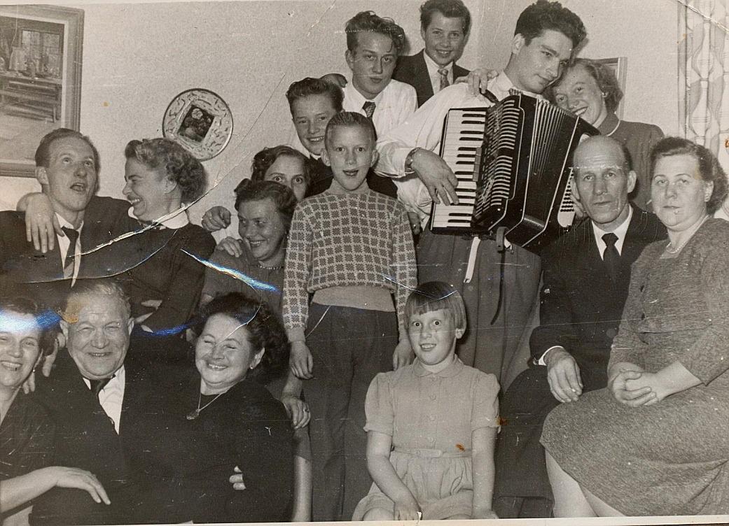 Se hur livat det gick till då Bo Frisk med dragspelet och hans hustru Karin var med. Gladare foto får man leta efter!