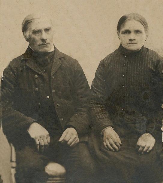 "Här sitter ""Rebeck-Kalle"" med sin hustru Maria Sofia, f. Klemets."