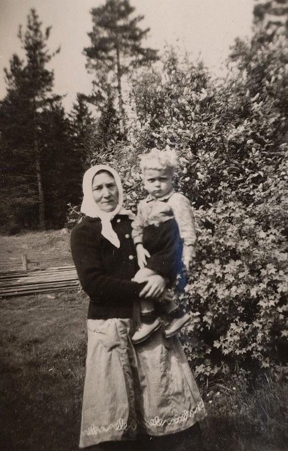 Här Hulda Berg med ett av barnbarnen i famnen.