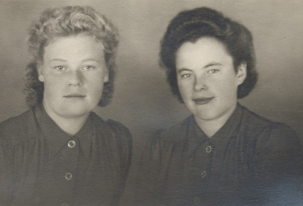 Till vänster Ines Norrvik som var gift med Eskil Berg och till höger Elvi Öist som var gift med Eskil Guss i Klemetsändan.