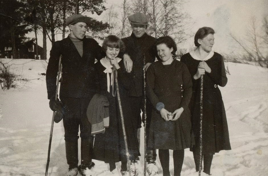 Från vänster Jossandt Lennart, Sandvik Berta, Eskil Antfolk, Inga Englund och Guldi Nyström vid folkhögskolan i Lappfjärd.