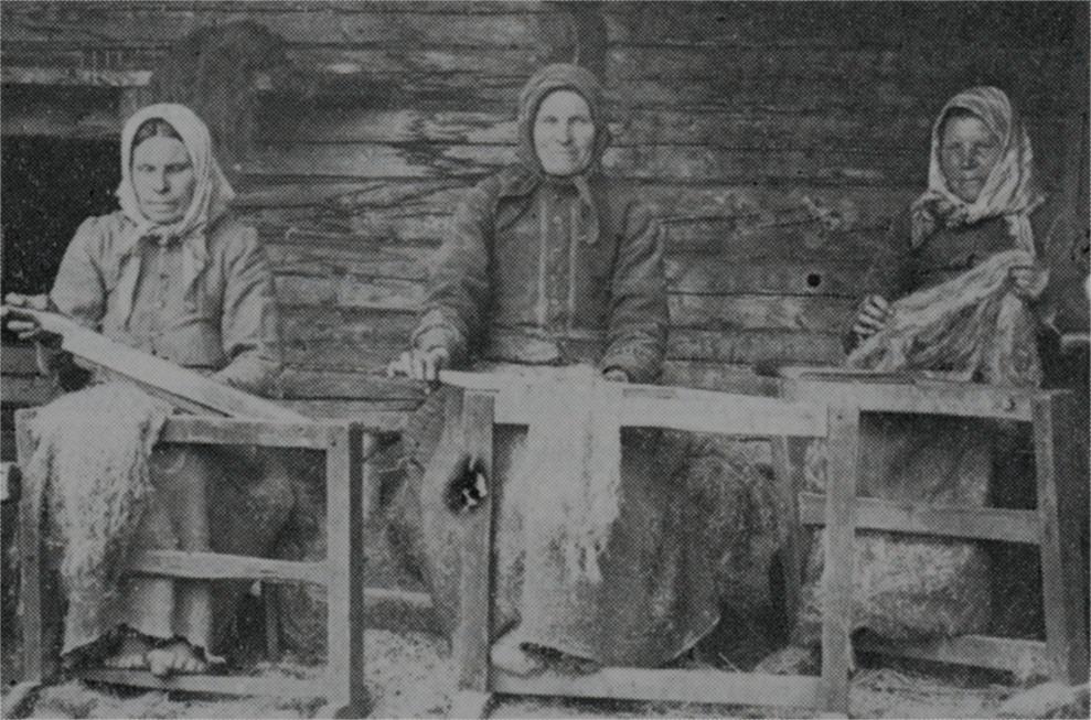 """Linkliftartalko någonstans i Dagsmark, troligtvis hos fotografen Viktor Nylund. Fr.v. """"Mokkela-Tilda"""" Matilda Långfors, """"Mokkela-Lina"""" Karolina Långfors och """"Skaftung-Riika"""" Henrika Häggblom. Tilda bodde sedan i Palon och var gift med Kårk-Erk-Jåhan, Lina ensam på A-sidon och Riika också på A-sidon i det hus dit """"Utteras-fleckor"""" sedan flyttade."""