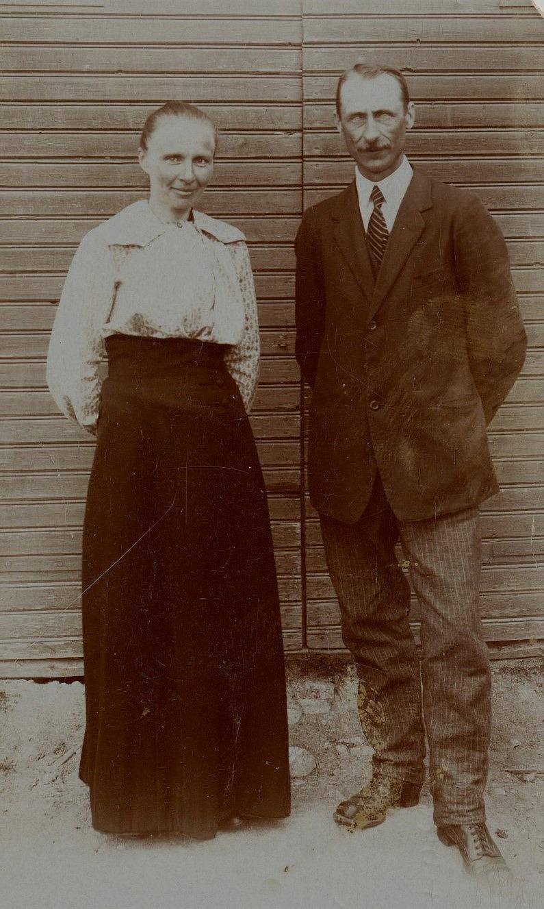 Här på bilden från Perus står Selma som var född på A-sidon och läraren Henrik Rosenback som var född i Kvarnå. De fick flera barn men endast Georg uppnådde vuxen ålder.