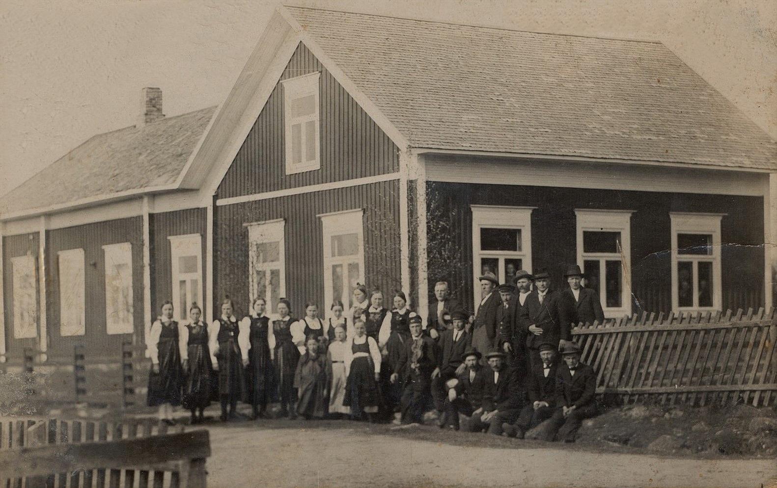 Här är Korsbäckungdomarna församlade utanför ungdomslokalen i Korsbäck.