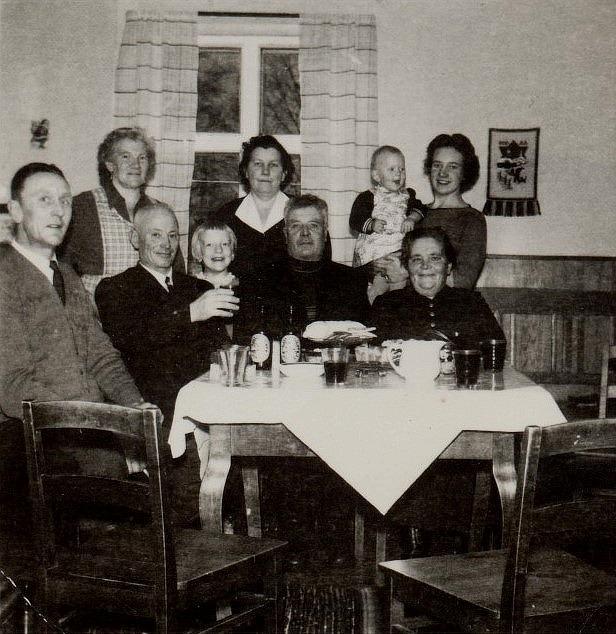 Här är det fest hos Lillkulls då Guldis släktingar från Nyströmas och Norrgårdas är på besök.