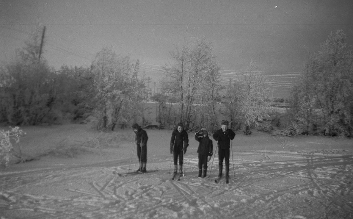 Bröderna Backlund på isen tillsammans med Håkan Söderqvist till höger.