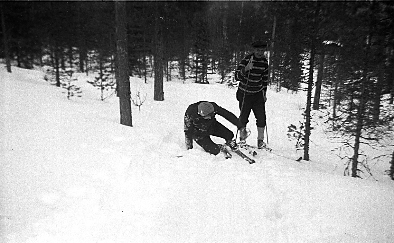 Det var inte så ofta som Jenny och Ragnar skidade och därför är det en gåta vem som var med och fotograferade då Jenny lade en rova i skogen.