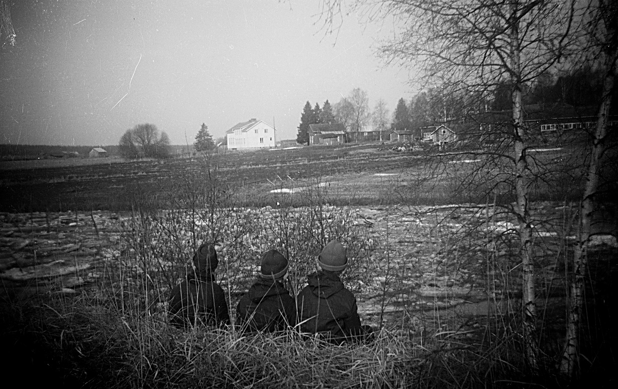 Islossningen i Lappfjärds å var alltid en stor händelse. Här bröderna Backlund som följer med läget. Småskolan i bakgrunden.