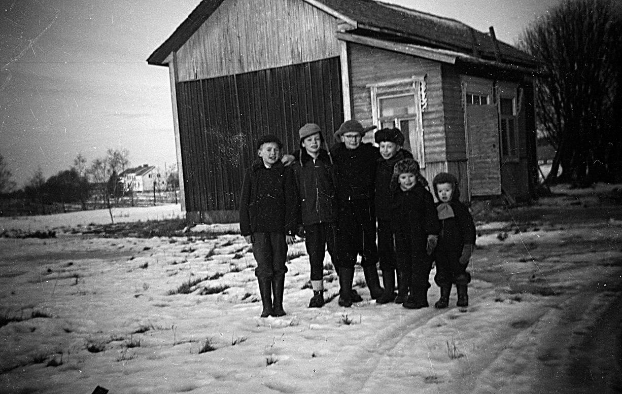 Ungdomar uppställda fram lillstugan i slutet på 50-talet. Pojken till vänster torde vara Börje Rosengård, de övriga är Tommy Nylund, Per-Erik, Gösta Lillkull, Kurt och John.
