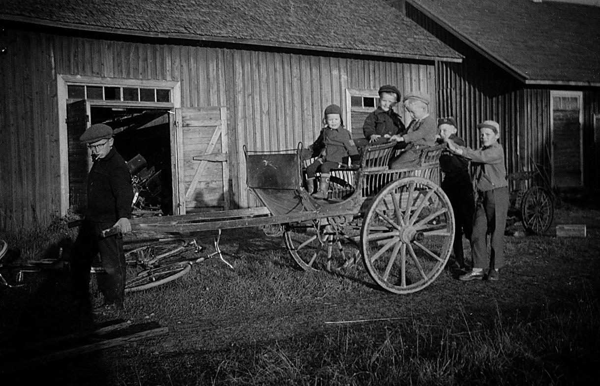 John, Kurt och Håkan sitter i linjalskärran medan Per-Erik drar och Jan Lillkull och Tommy Nylund skjuter på.