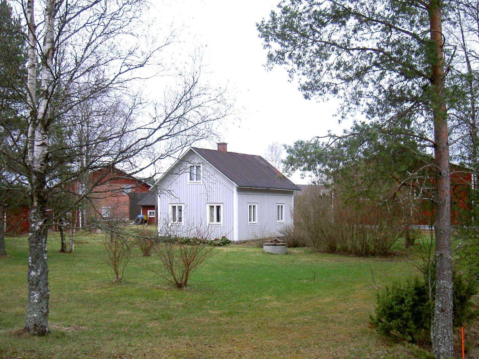 Fotot är taget från väster år 2003. I bakgrunden syns familjen Hembergs potatislager och uthus. Till höger utanför bild finns Oskus potatispackeri.
