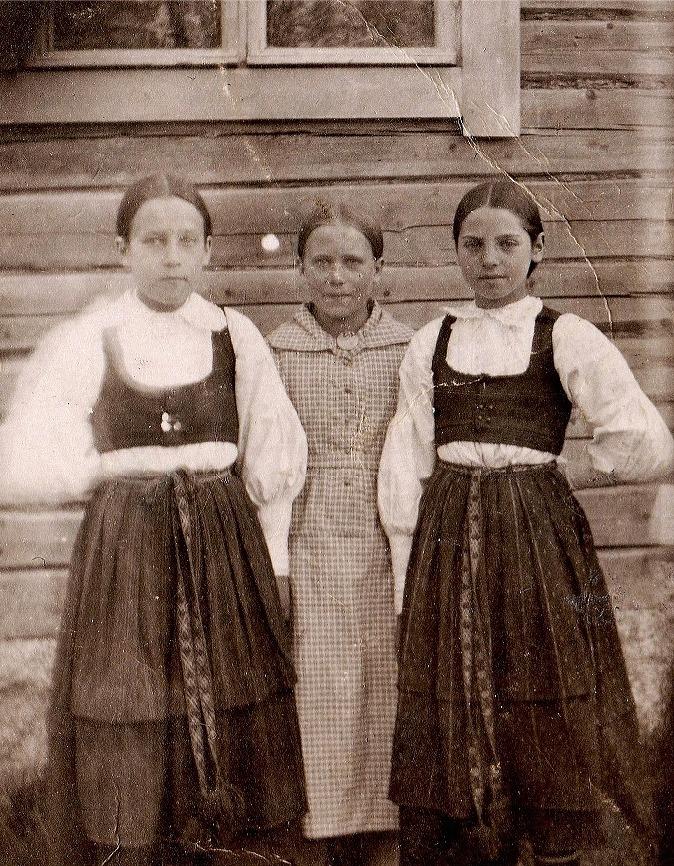 """Här 3 unga flickor från Dagsmark, Elna Solfvin står längst till vänster. Flickan i mitten är Julia Norén, (f.1907, emigrerade till Canada 1928, gift Helsing) och flickan till höger är """"Skomakas-Juli"""", alltså Julia Rosenlund (f.1906, gift med Herbert Norrman, bosatt i Kaskö)."""