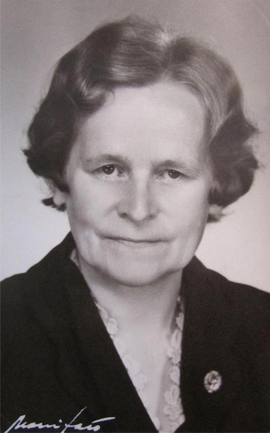 """Hulda som var syster bland till """"Koll-Frans"""" Storkull, föddes på Brobackan men växte upp på Åbackan, på gränsen till Bötom. Som vuxen var det hennes roll att sköta om hemmet, de många barnen och allt där runtomkring. Under en tid var hon medlem i Dagsmark Marthaförening."""