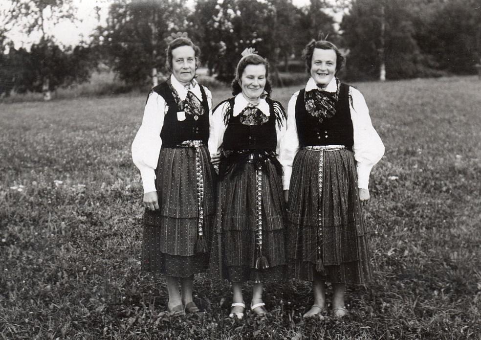 Systrarna Solfvin klädda i Lappfjärds folkdräkt, från vänster Elna, Svea och Frida.