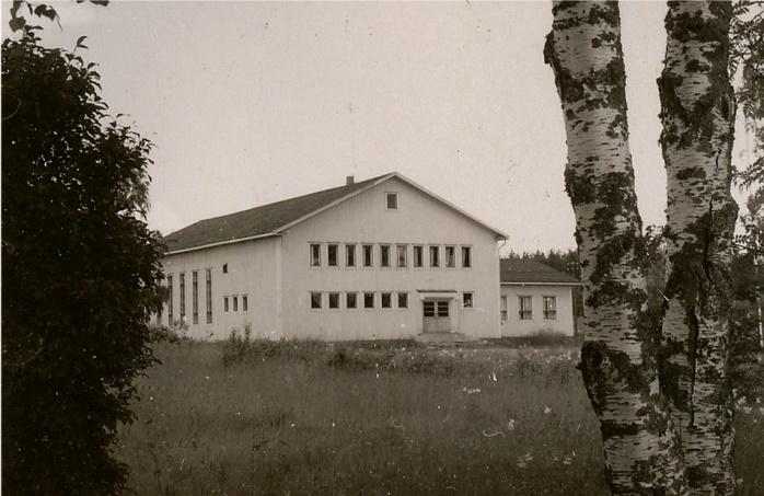 Karl Hemberg engagerade sig mycket i byggandet av den nya ungdomslokalen i början på 1950-talet. På ungdomsföreningens årsmöte i januari 1950 tillsattes en byggnadskommitté där Karl Hemberg valdes till medlem. Det var ju bröderna Berg från Norrviken som gjorde själva stenfoten, men med sin specialgjorda hästkärra körde Karl gamla kilade stenar från Kias-Erlandas. Det var stenar som skulle användas till murgrunderna och de kördes med en låg, 2-axlad kärra. Också i övrigt var han en pådrivande man i bygget.