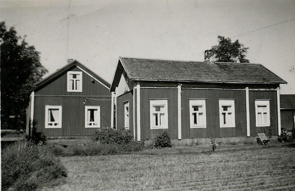 På detta foto som är taget från väster syns lillstugan där Josef och Maria bodde så länge de levde. Efter Josefs död bodde Maria en tid också i det hus som senare kom att kallas för Skaftung-Riikas eller för Utteras fleckoras, som låg på andra sidan vägen. I slutet på 40-talet bodde Emil och Ida Backlund i lillstugan fram till 1950 då det nya huset blev färdigt. På 50-60-70-talet användes lillstugan främst som snickarverkstad.