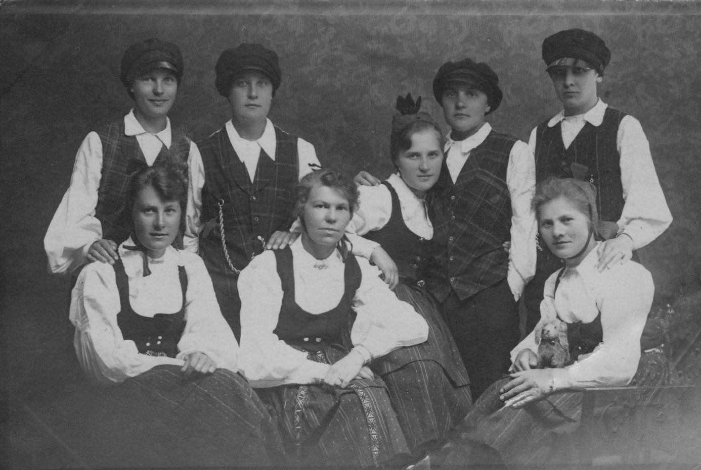 Stående från vänster Linnea Nyström, sedan Viktor Solfvins äldsta dotter Elna, Hellin Kaski och Cedy Svens. Sittande Gretel Hannus, Mia Nyström, okänd, Hildegard Söderlund.