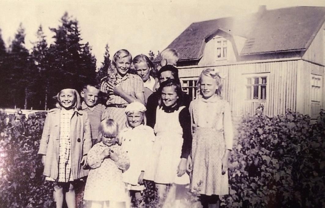 På detta foto från slutet av 40-talet står längst fram, från vänster: Annel Lindblad, Helvi Mäki, Lea Mäki och Margaretha Englund. Där bak står från vänster Siv Nordberg (f. Grönroos), Dick Hemberg, Gunvor Hemberg med katten i famnen, Hulda Hemberg med sonen Sten i famnen. Skymd bakom Lea står Ruby Storkull.