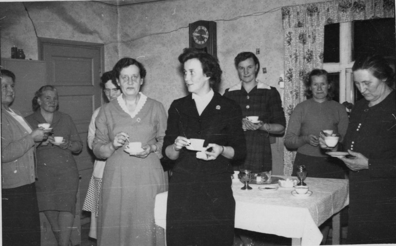 Elna Grans, framme till vänster var i flera år med i Dagsmark Marthaförening, här står hon bredvid Marita Grans. Bakom till vänster står Amanda Lillkull, Guldi Lillkull, följande är lite skymd men torde vara Mildrid Klåvus, Gunni Nybond, Gunhild Lillkull och längst till höger Hilda Gröndahl.