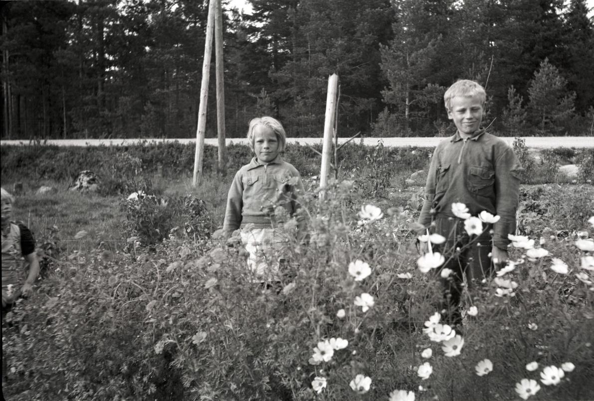Här står Else-Maj och Åke Hemberg i klubblandet, som de visar upp för fotografen Selim Björses från Lappfjärd. Fotot från Traditionsarkivet i Vasa.