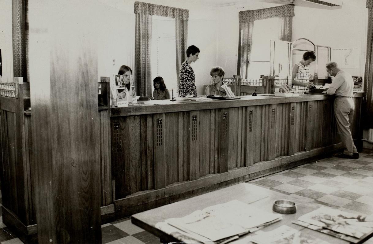 Fotot från 23.9.1969 då Helsingforsbankens kontor i Kristinestad firade att banken fyllde 90 år. Bakom disken betjänar från vänster Karin Lindholm, Marja-Liisa Niemelä, Helena Landgärds, Gun-Lis Roos och till höger Margaretha Englund. Direktör på kontoret denna tid var Börje Nygård, och Karl Hemberg från Dagsmark var en av bankens 8 kontrollanter.