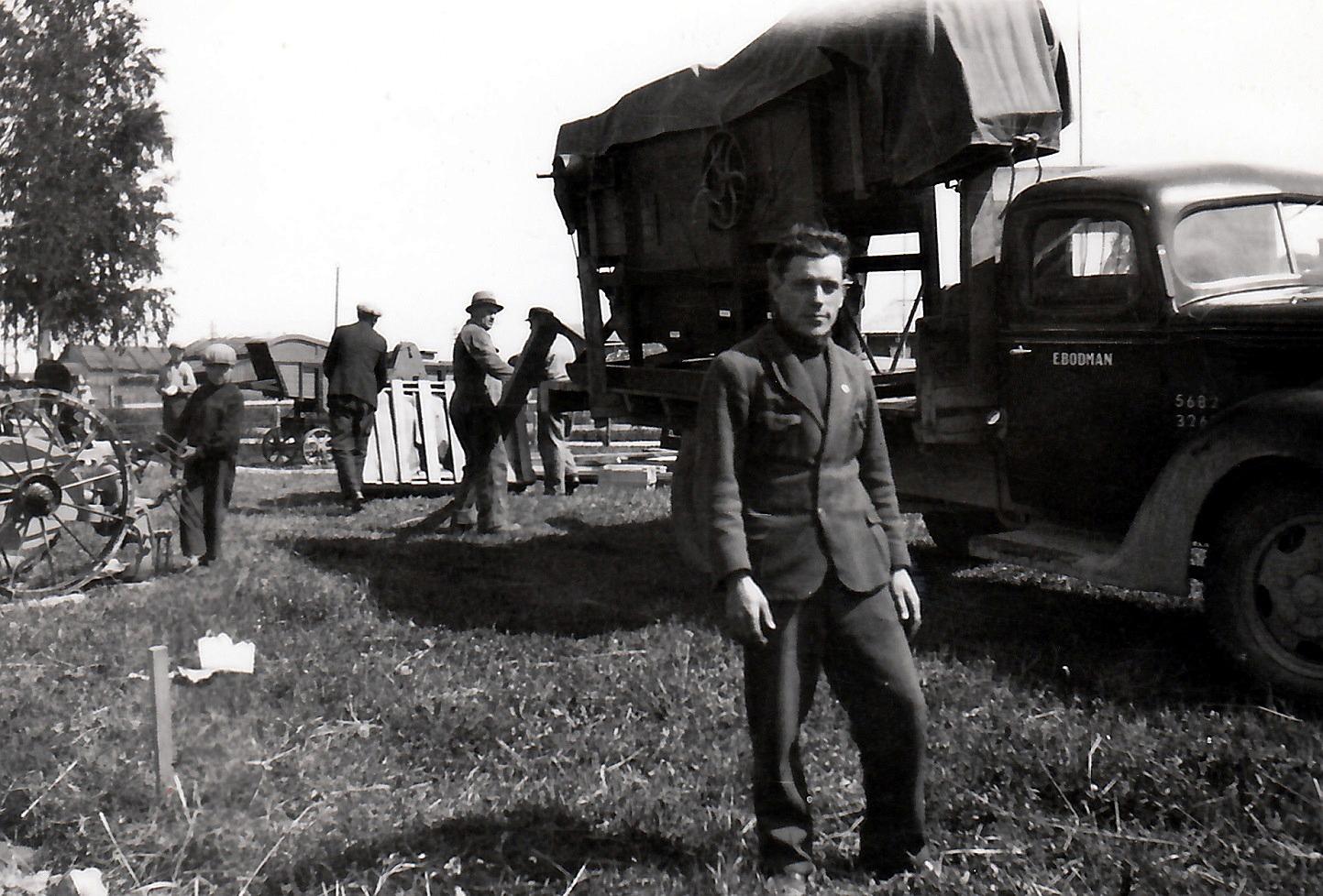 År 1938 var det en stor lantbruksutställning i Lappfjärd och här står Alfred Solfvin framför en lastbil som transporterar någonting som ser ut som ett tröskverk. Foto Selim Björses, Österbottens Traditionsarkiv.