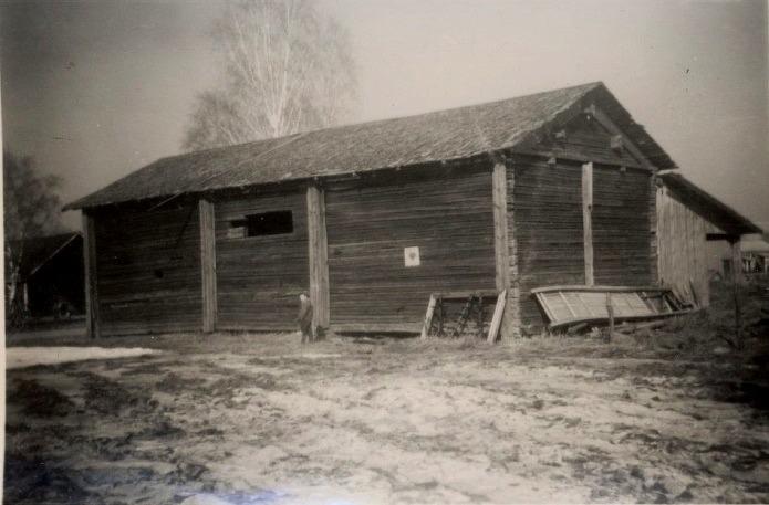 Den här rian som byggdes 1906 stod på andra sidan Sunnantillvägen i den så kallade Riåkern. Rian revs ner år 1960. I högra kanten syns lite av Evert Storkulls gård.