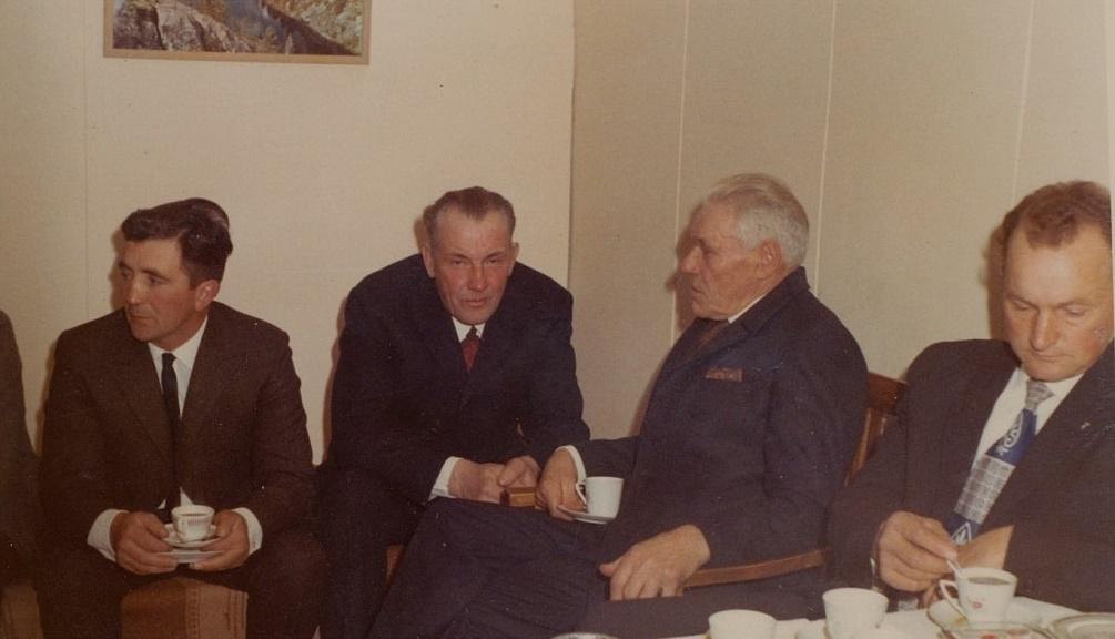 Här sitter Karl Hemberg i samspråk med tjöckborna Alvar Back och Verner Utfolk på ett kalas hos Lindfors på Åbackan. Längst till höger sitter Ingvar Westerback.