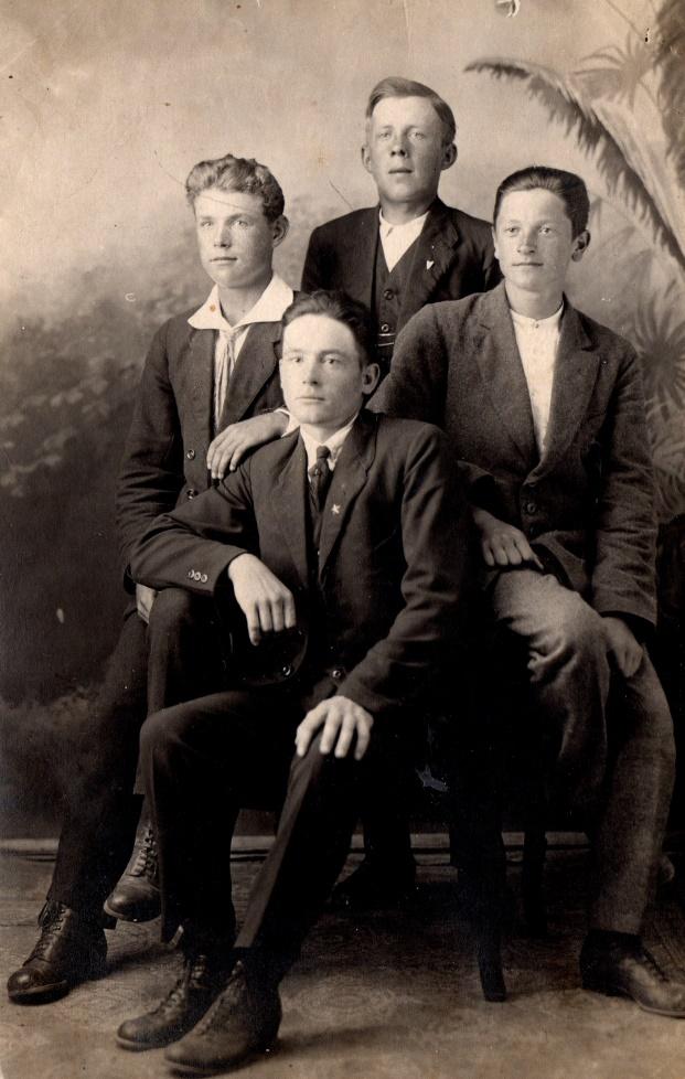 Här har storpojkarna från Lappfjärd tagit sig till fotografen i början på 30-talet. Längst fram sitter Karl-Henrik Klåvus, i mitten sitter Johan Solfvin och Sigrun Engelsholm och där bak står Erland Ekholm.
