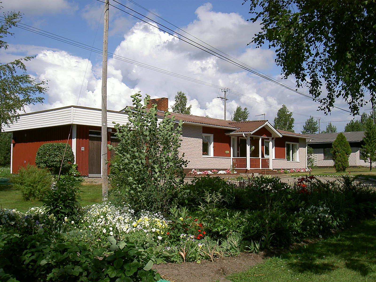 Jenny som var intresserad av trädgårdsskötsel vårdade sin trädgård på ett exemplariskt sätt. Fotot från 2003.