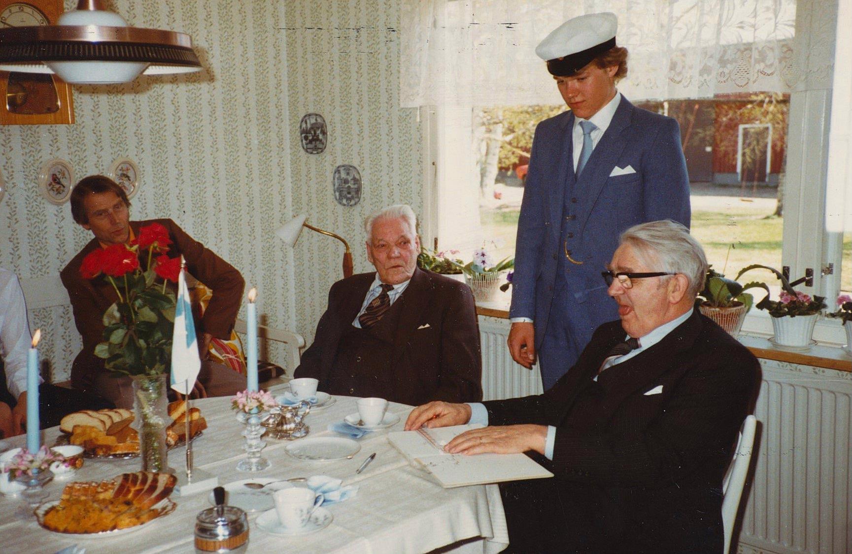 Gunvor Hembergs man Alpo Peltonen, Karl Hemberg och Rurik Nylund uppvaktar den nya studenten Per-Erik Englund år 1982.