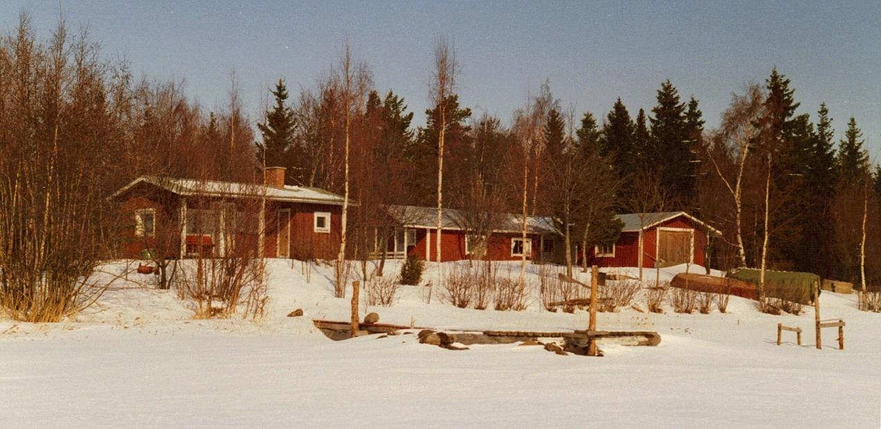 Villan till höger byggde Åke på 50-talet och bastubyggnaden till vänster långt senare. Här vistades han ofta och länge.