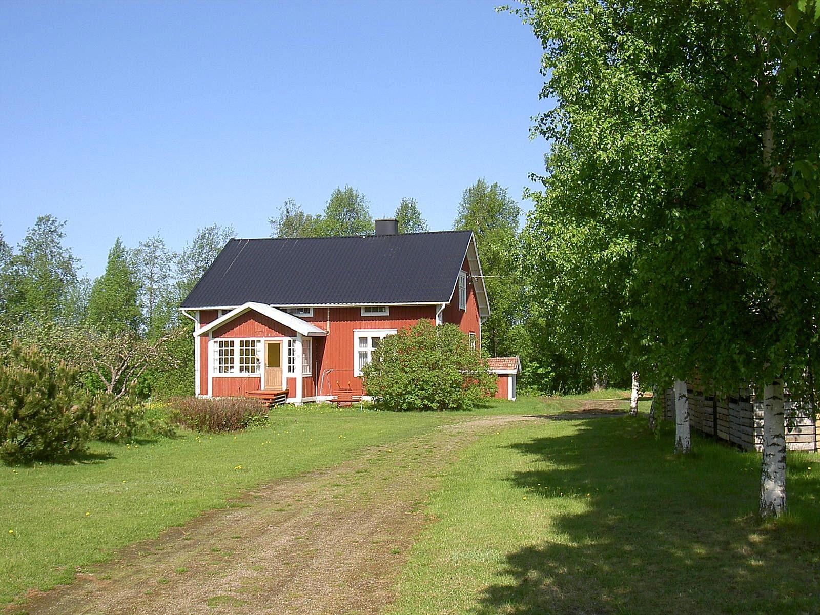 Så här såg Åkes gård ut 2003, fotograferad från vägen. Efter Åkes död 2010 står gården tom.